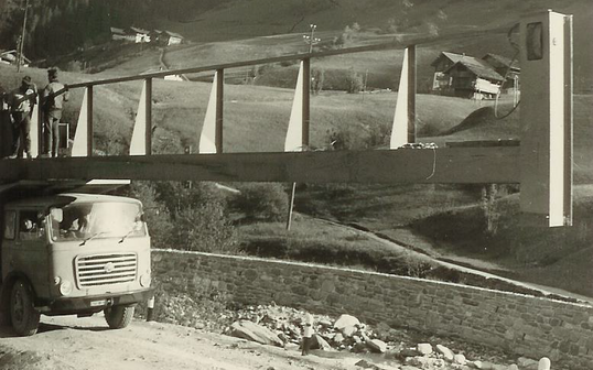 1965: Construction of the crystal quartzite cableway – the largest material cableway in South Tyrol at the time: 1,750 length, 550 elevation gain, 2,500 kg payload
